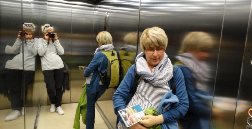 Birgit und Heike im Fahrstuhl